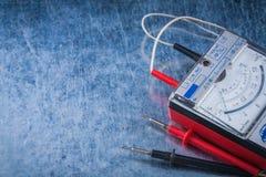 ElectricianÂs mått på skrapad metallisk bakgrundsconstructio Arkivfoto