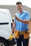 Electrician With范Sending在手机Outsid的正文消息 库存照片