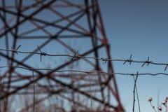 electricidad Cerca spines Torre Cielo azul foto de archivo libre de regalías