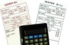 Electricidad, cuentas de agua y calculadora. Concepto Imagen de archivo