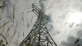 Electricidad del timelapse de la central eléctrica - ayuda de alto voltaje Las nubes de lluvia en el cielo - escale el peligro de almacen de video