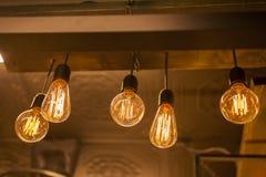 Electricidad en bulbos que brillan intensamente Imagen de archivo libre de regalías