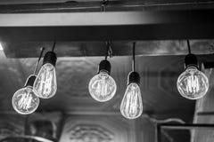 Electricidad en bulbos que brillan intensamente Fotos de archivo libres de regalías