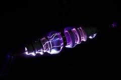 Electricidad que forma arcos sobre superficie de cerámica del aislador foto de archivo libre de regalías