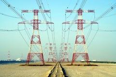 Electricidad suministrada por los cables de tensión vía los pilones imagen de archivo libre de regalías