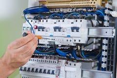 Electricina på arbete royaltyfri foto