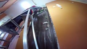 Electricista With Aluminum Ladder que trabaja en instalaciones de la baja tensión metrajes