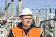 Electricista cerca a las subestaciones eléctricas Foto de archivo libre de regalías