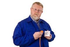 Electricista con el enchufe de potencia Fotografía de archivo