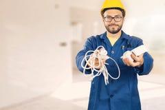 Electricista con el equipo en las manos listas para trabajar Imagen de archivo