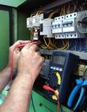 Electricista con el multímetro Imágenes de archivo libres de regalías