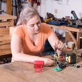 Electricista de sexo femenino que trabaja en circuitboard Fotografía de archivo