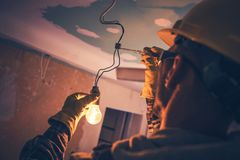 Electricista de trabajo del contratista foto de archivo libre de regalías