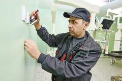 Electricista del carpintero con destornillador imágenes de archivo libres de regalías