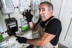 Electricista divertido que hace la reparación en centralita telefónica o metro de la electricidad imágenes de archivo libres de regalías