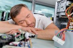 Electricista dormido en trabajo foto de archivo