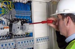 Electricista durante el measurment Imágenes de archivo libres de regalías