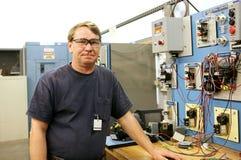 Electricista en el control de motor Imagen de archivo