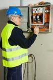 Electricista en el trabajo imágenes de archivo libres de regalías