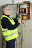 Electricista en el trabajo imagen de archivo libre de regalías