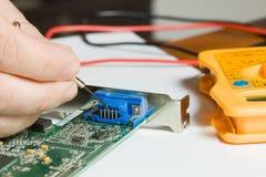 Electricista en el trabajo fotos de archivo