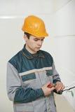 Electricista en el trabajo de cableado Imagen de archivo libre de regalías