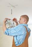Electricista en el trabajo del cableado imagenes de archivo