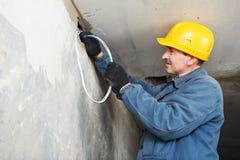 Electricista en el trabajo del cableado del cable foto de archivo