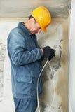Electricista en el trabajo del cableado del cable fotos de archivo libres de regalías