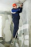 Electricista en el trabajo del cableado del cable fotos de archivo