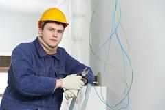 Electricista en el trabajo del cableado del cable imagen de archivo libre de regalías