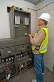 Electricista en energía de la conmutación fotografía de archivo libre de regalías