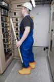 Electricista en la distribución eléctrica Imagen de archivo
