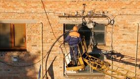 Electricista en trabajo de la elevación sobre mantenimiento de la línea eléctrica almacen de metraje de vídeo