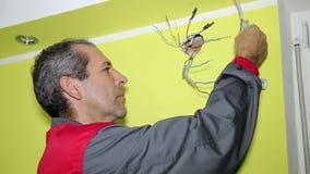 Electricista Installing un sistema de abastecimiento eléctrico almacen de video
