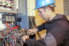 Electricista joven imagen de archivo
