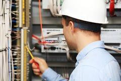 Electricista joven en el trabajo Imágenes de archivo libres de regalías