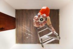 Electricista Is Mounting un bulbo Fotografía de archivo libre de regalías