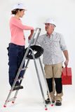 Electricista que acoge con satisfacción al ayudante Fotos de archivo