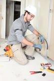 Electricista que ata con alambre una casa fotografía de archivo libre de regalías