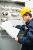 Electricista que controla la línea eléctrica de cableado Foto de archivo libre de regalías