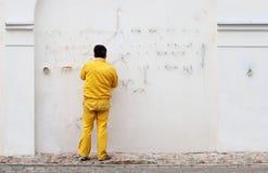 Electricista que fija el cableado eléctrico Imagen de archivo libre de regalías
