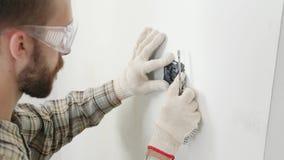 Electricista que instala el nuevo zócalo actual con destornillador almacen de metraje de vídeo