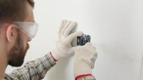 Electricista que instala el nuevo zócalo actual con destornillador almacen de video