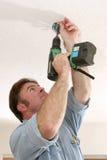 Electricista que instala el rectángulo del ventilador Foto de archivo libre de regalías