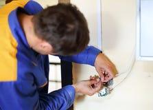 Electricista que instala el socket Imagen de archivo libre de regalías