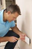 Electricista que instala el socket de pared Fotos de archivo libres de regalías