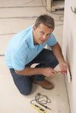 Electricista que instala el socket de pared Imagenes de archivo
