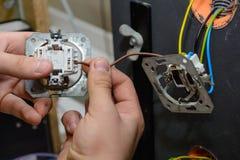 Electricista que instala la centralita telefónica - ascendente cercano Imágenes de archivo libres de regalías