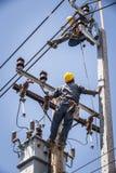 Electricista que mira al compañero de trabajo Fotos de archivo